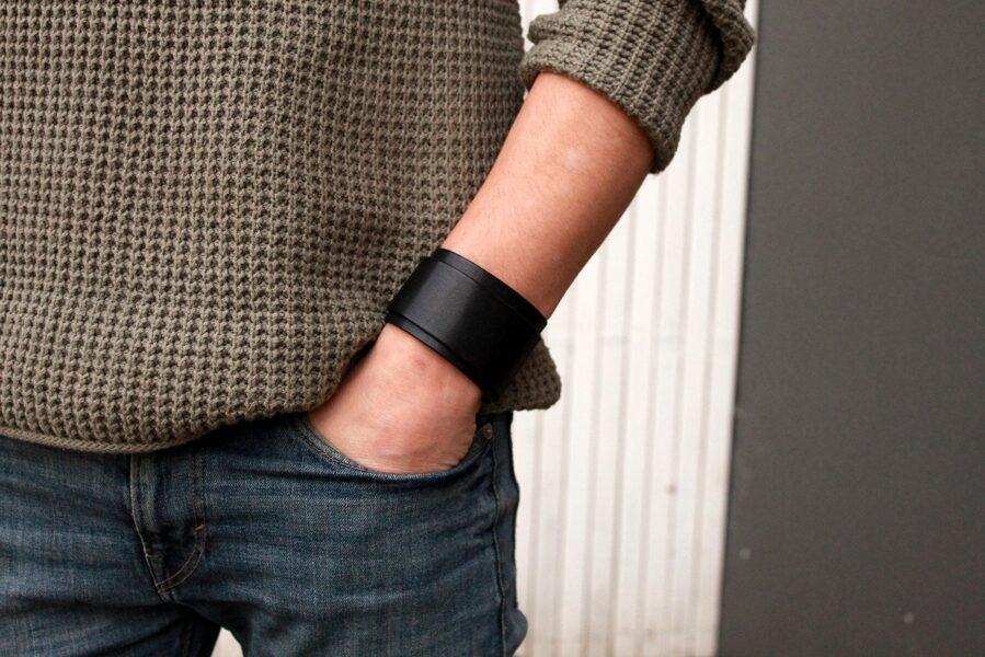 Plata ādas aproce- 2 reizes ap roku.