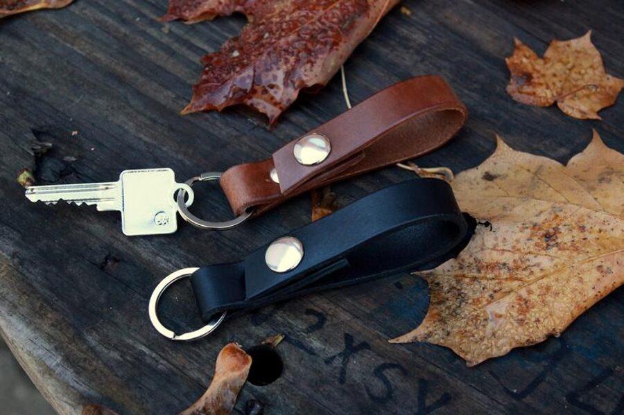 Atslēgu piekariņš ar spiedpogu