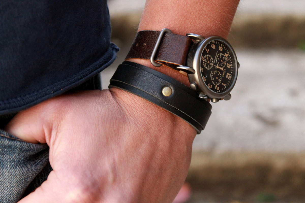 Classic bracelet with 2 leathers.